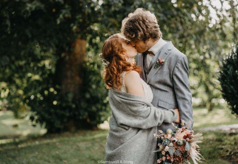 TraumSchmiede-Hochzeitsplanung-Brautpaar-im-Garten-b1